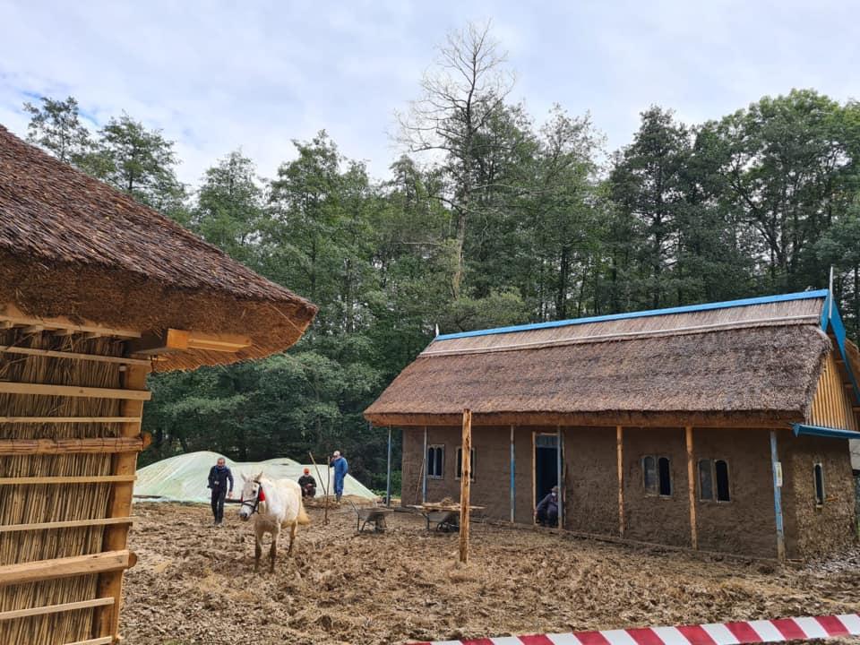 Muzeul din Dumbrava Sibiului s-a înnoit cu două case tradiționale din satul Letea