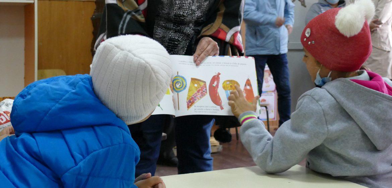 O poveste, un cadou, o carte. Biblioteca Judeţeană alături de copiii de la Grădinița Nicolae Bălcescu