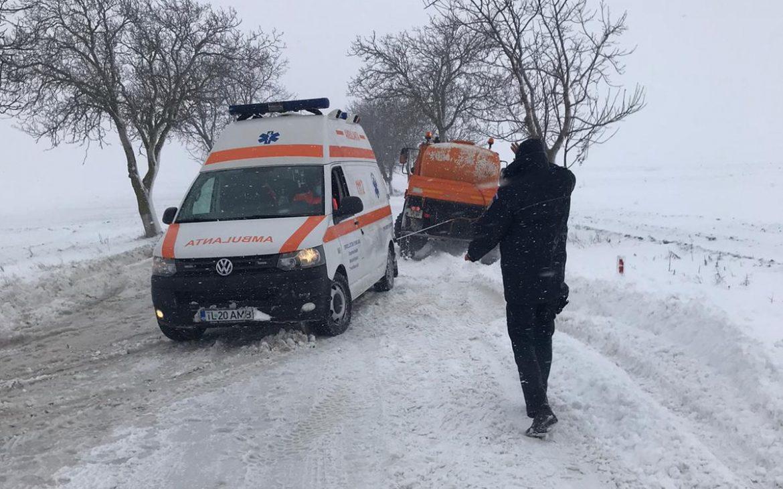 Gravidă într-o ambulanță înzăpezită, salvată de jandarmi