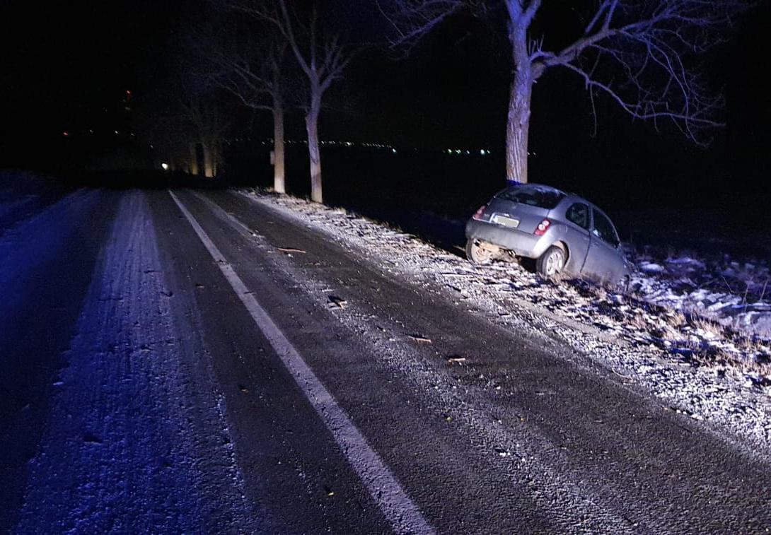 O femeie a intrat cu maşina într-un pom şi a ajuns la spital, din cauza poleiului de pe şosea