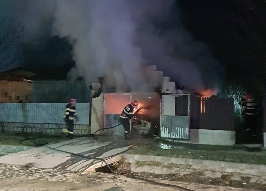 A ars o mașină într-un garaj, la Greci
