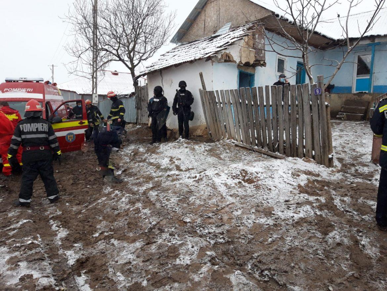 Un bărbat a fost oprit de polițiști înainte de a-și da foc la casă